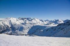 Cuesta del esquí en montañas del invierno fotos de archivo libres de regalías