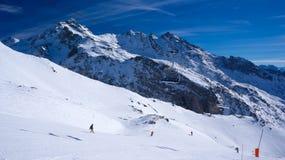 Cuesta del esquí en Val Thorens imagenes de archivo
