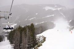 Cuesta del esquí y de la snowboard, opinión de la silla del cable, ventisca, paisaje de la escena de la montaña Foto de archivo libre de regalías