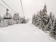 Cuesta del esquí y elevación de esquí de la silla en Borovets, Bulgaria imagen de archivo