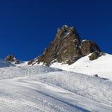 Cuesta del esquí y pico de montaña fotos de archivo libres de regalías