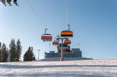 Cuesta del esquí y remonte moderno de la silla Imagen de archivo