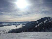 Cuesta del esquí y sol brillante en Jackson Hole, Wyoming Fotos de archivo