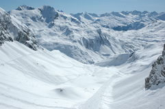 Cuesta en declive del esquí a Zürs Imagenes de archivo