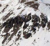 Cuesta fuera de pista con las piedras en poco año de la nieve Foto de archivo libre de regalías
