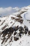 Cuesta fuera de pista con las piedras y telesilla en poco año de la nieve Foto de archivo libre de regalías