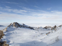 Cuesta hermosa del esquí en las montañas Imágenes de archivo libres de regalías