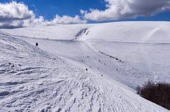 Cuesta Nevado en el centro del esquí de 3-5 Pigadia, Naoussa, Grecia Foto de archivo