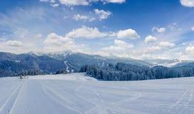 Cuesta preparada del esquí en estación de esquí en Cárpatos Imágenes de archivo libres de regalías