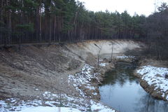 Cuesta sobre el río en el bosque Imagen de archivo