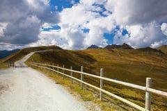 Cuesta vacía del esquí en las montañas tirolesas en otoño Fotos de archivo libres de regalías