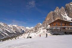 Cuesta y choza en dolomías, Italia del esquí Fotos de archivo libres de regalías