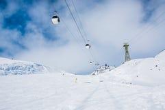 Cuesta y teleférico del esquí en la estación de esquí Elbrus Foto de archivo libre de regalías