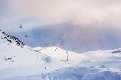 Cuesta y teleférico del esquí en la estación de esquí Elbrus Imagenes de archivo