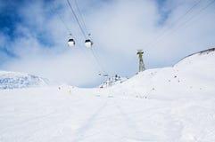 Cuesta y teleférico del esquí en la estación de esquí Elbrus Foto de archivo