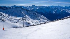 Cuesta y telesilla del esquí en Val Thorens imagen de archivo