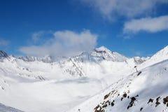 Cuesta y telesilla fuera de pista en estación de esquí en el día del sol Fotografía de archivo