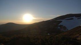 Cuestas apacibles del cárpato en la puesta del sol espléndida en otoño en el slo-MES almacen de video