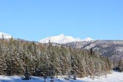 Cuestas blancas como la nieve de montañas Fotos de archivo libres de regalías