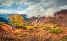 Cuestas coloridas de las montañas del Cáucaso con la tienda verde Imagenes de archivo