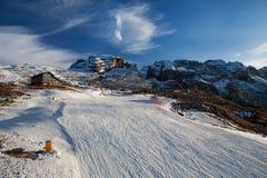 Cuestas del esquí de Madonna di Campiglio, Italia imagenes de archivo