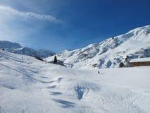 Cuestas del esquí en día asoleado Imagen de archivo