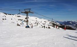 Cuestas del esquí en invierno francés de las montañas Fotos de archivo libres de regalías