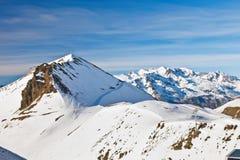 Cuestas del esquí en las montan@as francesas fotografía de archivo libre de regalías