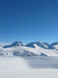 Cuestas extensas del esquí en alsp austríaco Imagenes de archivo