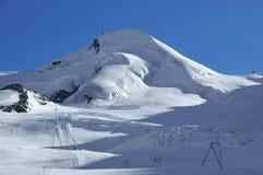 Cuestas vacías del esquí en el honorario de Saas Imagenes de archivo