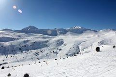 Cuestas y montañas frescas del esquí en día soleado en Andorra Imágenes de archivo libres de regalías