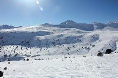 Cuestas y montañas frescas del esquí en día soleado en Andorra Imagen de archivo