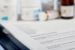 Cuestionario médico con las botellas de la medicina Fotografía de archivo libre de regalías