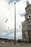 CUETZALAN, MEXICO - 2012: Een familie van acrobaten als ` los voladores ` worden bekend presteert in Cuetzalan-zocalo die Stock Foto's