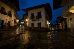 CUETZALAN, MEXICO - 2012: Een straat bij nacht na de regen Stock Afbeeldingen