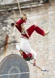 CUETZALAN MEXICO - 2012: En medlem av akrobater som är bekanta som ` för `-los-voladores, utför i den Cuetzalan zocaloen arkivbild
