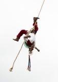 CUETZALAN, MEXIKO - 2012: Ein Mitglied der Akrobaten, die als ` los-voladores ` bekannt sind, führt im Cuetzalan-zocalo durch Lizenzfreie Stockbilder