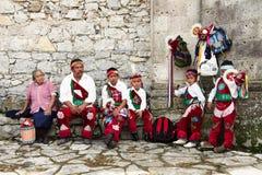 CUETZALAN, MEXIKO - 2012: Eine Familie von den Akrobaten, die als ` los-voladores ` bekannt sind, bereiten vor sich, im Cuetzalan Stockfotografie