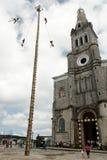 CUETZALAN, MEXIQUE - 2012 : Une famille des acrobates connus sous le nom de ` de voladores de visibilité directe de ` exécutent d photo libre de droits