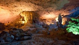 Cueva cantada caída del borrachín (gruta) de la sorpresa, bahía de Halong Foto de archivo libre de regalías
