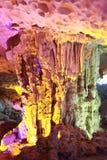 Cueva cantada descubrimiento del borrachín - cueva de la estalactita en la ha Viet Nam larga imagen de archivo
