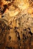 Cueva con estalactitas y estalagmitas en Croacia fotos de archivo