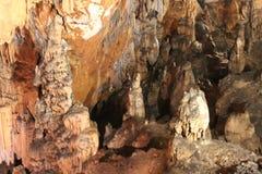 Cueva con estalactitas y estalagmitas en Croacia imagenes de archivo