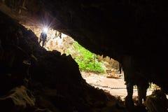 Cueva de exploración con una antorcha, Phraya Nakhon Cav del misterio del hombre joven imagen de archivo libre de regalías