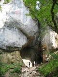 Cueva de exploración de la gente en montañas Imagen de archivo libre de regalías