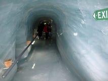 Cueva de hielo en el glaciar de Cervino foto de archivo