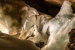 Cueva de hielo en las montañas fotos de archivo