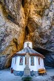 Cueva de Ialomitei, montañas de Bucegi, santos Peter y Paul Church a fotos de archivo