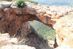 Cueva de Keshet - arco natural antiguo de la piedra caliza que atraviesa los restos de una cueva baja con opiniones del barrido c fotografía de archivo