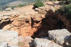 Cueva de Keshet - arco natural antiguo de la piedra caliza que atraviesa los restos de una cueva baja con opiniones del barrido c fotografía de archivo libre de regalías